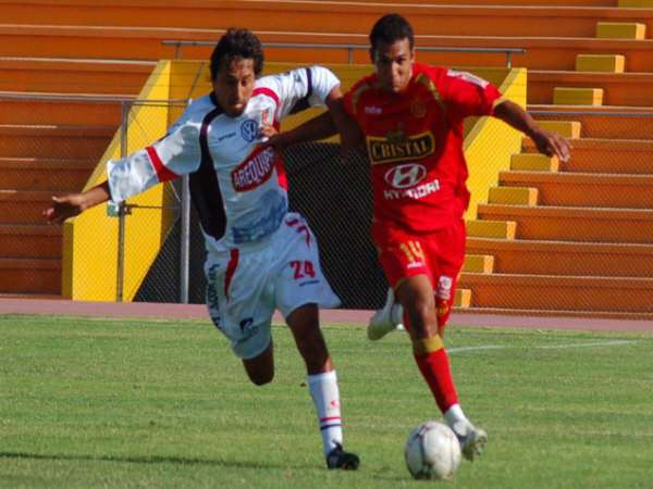 Barros supera a Coaguila. El recientemente nacionalizado delantero escarlata espera ser tomado en cuenta por 'Tito' Chumpitaz para la Sub-20 (Foto: Radio Uno de Tacna)
