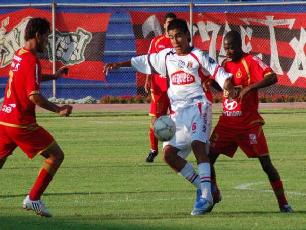 Domina Romero marcado por Farfán. Melgar se replegó bien en los minutos finales (Foto: Radio Uno de Tacna)