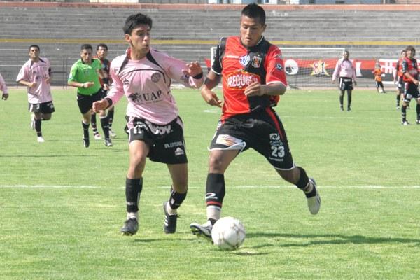 Gárate se lleva a Joseph Muñoz. El atacante rojinegro ingresó en el segundo tiempo y liquidó el partido (Foto: Prensa FBC Melgar)