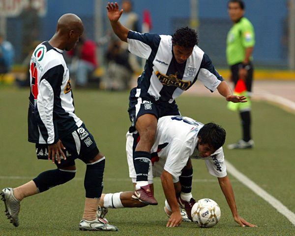 La cara opuesta fue el otro Quinteros: Ronald anotó un gol decisivo. Acá la lucha con Fernández (Foto: ANDINA)