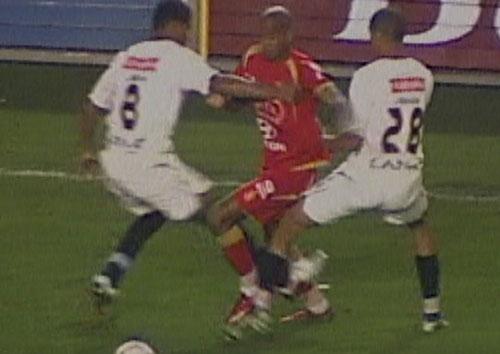 CLAUSURA – FECHA 20. Junior Ross, hombre insigne de la gitanería futbolística, se le escapa a Quina y Rabanal en el Monumental. Aquella noche, en el debut de Roberto Mosquera, 'Bolo' ganó 1-2 con gran actuación suya (Captura: CMD)