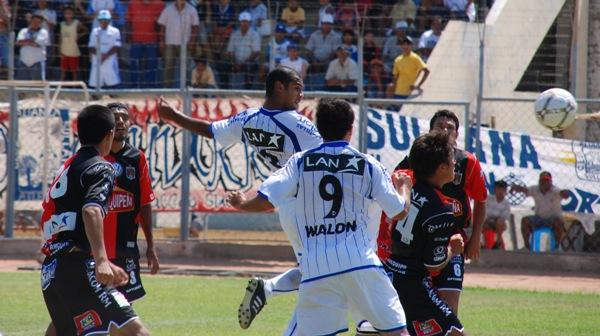 Lejos. Así tuvo siempre Pedro Ascoy (9) el balón debido a que volvió a jugar como único atacante (Foto: diario El Tiempo de Piura)