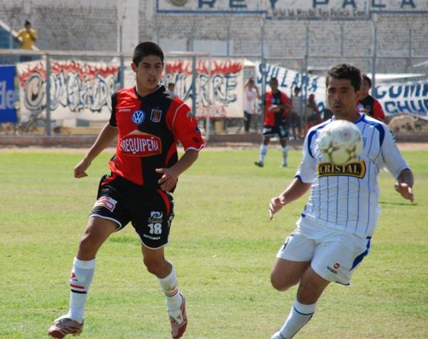 Novedad. Ascoy se lleva el balón ante la marca de Arismendi. El mistiano sigue jugando como lateral (Foto: diario El Tiempo de Piura)