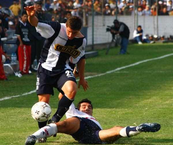 Corzo supera a Oviedo. El lateral íntimo volvió a lucir en su función (Foto: Andrés Durand / DeChalaca.com)
