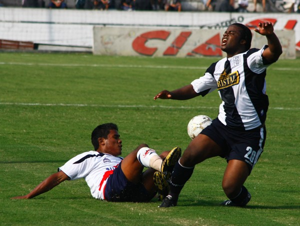 Vásquez traba a Montaño. El lateral galvista jugó un partido aceptable (Foto: Andrés Durand / DeChalaca.com)