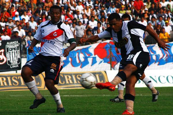 Aguirre ya sacó el zurdazo que vencerá a Muro. Era el tranquilizante 2-0 (Foto: Andrés Durand / DeChalaca.com)