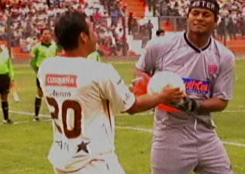 Tremendo duelo entre Donny Neyra y Juan Flores, al final la pelota no fue de nadie y el empate dejo insatisfechos a ambos (Captura: CMD)