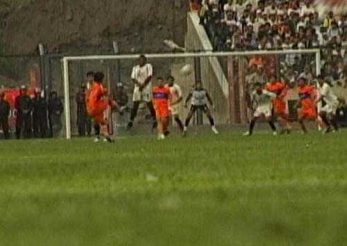 Este tiro libre del 'Cabezón' Mendoza pudo colarse en el arco crema (Captura: CMD)