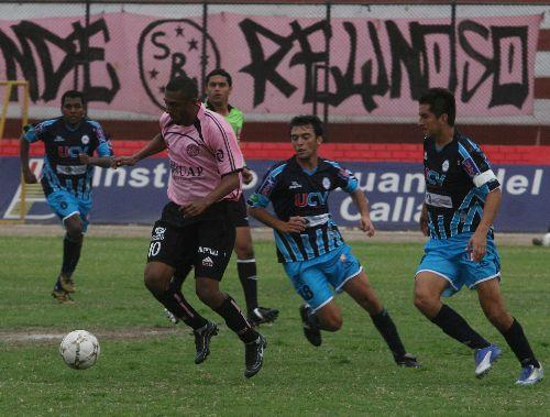 La defensa vallejiana no pudo controlar al tridente ofensivo rosado, en esta ocasión Sergio Junior se escapa ante la impotente mirada de 'Manzanón' Hernández (Foto: ANDINA)