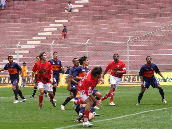 Cienciano lo intentó vía pelotazos aéreos como este en búsqueda de la cabeza de Marengo, pero no tuvo mayor fortuna (Foto: Diario del Cusco)