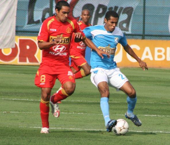 Novoa encima a Lobatón. 'Bolo' planteó certeramente el partido (Foto: Abelardo Delgado / DeChalaca.com)