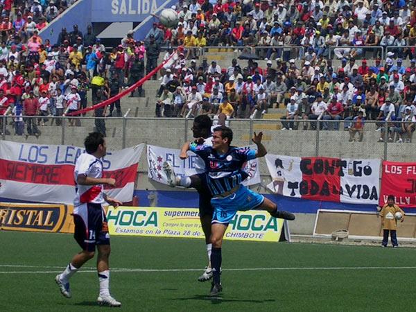 Salta Chacón, ahora en actitud defensiva, ante el uruguayo Peula, quien jugó como mediapunta por derecha (Foto: diario La Industria de Trujillo)