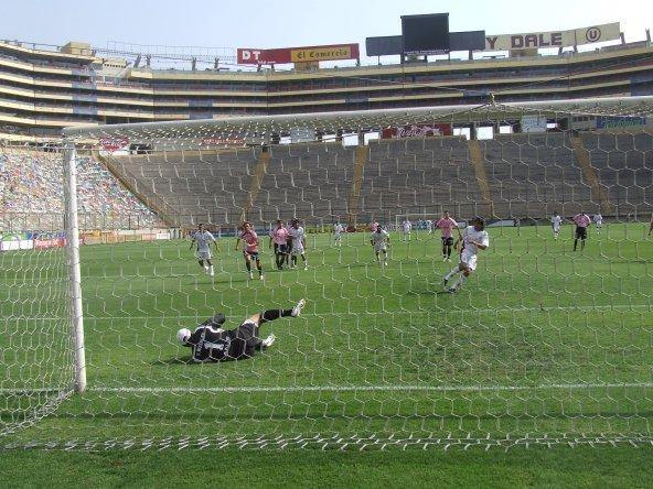 Rosales atajó así el disparo desde los 12 pasos de Díaz. El meta rosado fue la figura del lance (Foto: Gian Saldarriaga / DeChalaca.com)