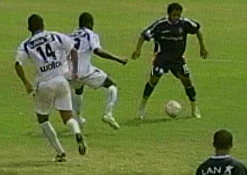 García jugó como volante. Acá encara a Plaza y Rojas (Captura: CMD)