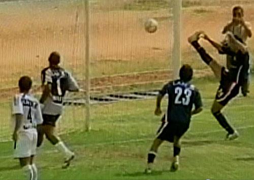 Hinostroza no tocó el balón en el segundo gol, sino Aponte desviándolo de cabeza hacia su propio arco (Captura: CMD)