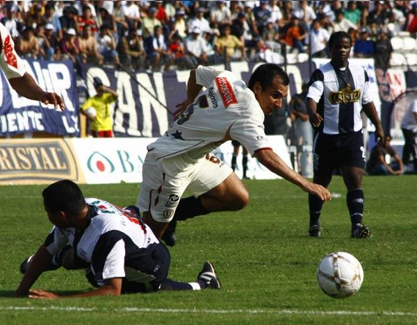 Torres fue el mejor del campo. Acá supera a Quinteros (Foto: Andrés Durand / DeChalaca.com)