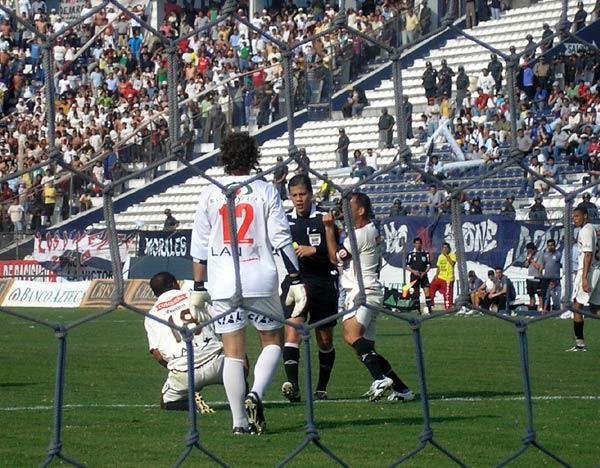 El show de Carrillo comenzaba con este penal no cobrado a Hurtado (Foto: Abelardo Delgado / DeChalaca.com)