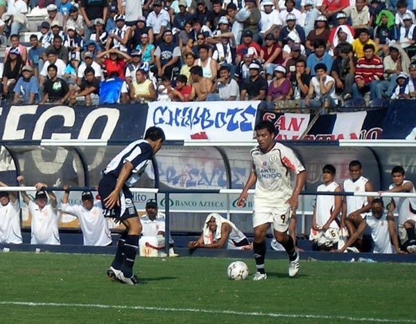 Jiménez sigue peleado con el gol. Acá encara a Corzo (Foto: Abelardo Delgado / DeChalaca.com)