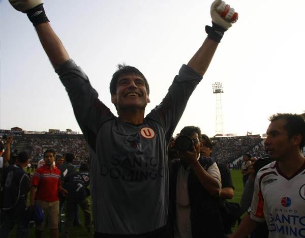 La imagen ganadora del ídolo que volvió: Ibáñez y su festejo con la Trinchera al final del cotejo (Foto: Andrés Durand / DeChalaca.com)