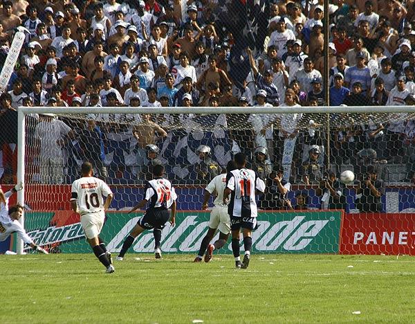 Otra vista del tanto del 'Vagón'. Libman fue vendido por su defensa (Foto: Andrés Durand / DeChalaca.com)