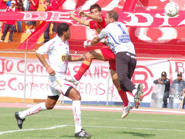 Demus le ganó el vivo a Martinuzzi en el salto y abrió así la cuenta temprano (Foto: Radio Uno de Tacna)