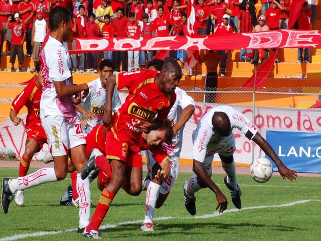 Guadalupe se bate con todo ante la arremetida de Farfán. 'Cuto' fue el mejor del campo (Foto: Radio Uno de Tacna)
