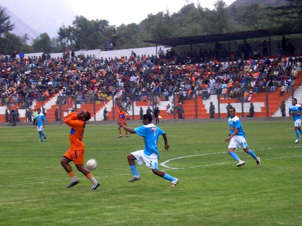 Sale Fernández y se lamenta Benavides. 'Wenche' fue titular en el carril izquierdo (Foto: Abelardo Delgado / DeChalaca.com)