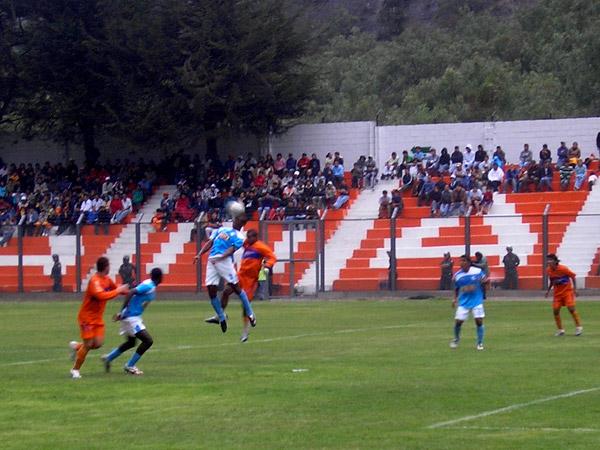 Villalta gana por alto. El 'Oso' fue figura en la zaga rimense (Foto: Abelardo Delgado / DeChalaca.com)