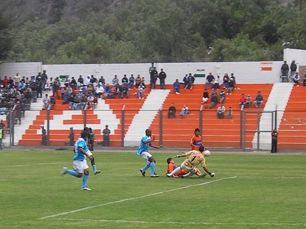 Delgado fue el mejor del campo. Acá contiene un avance de Edwin Retamoso(Foto: Abelardo Delgado / DeChalaca.com)