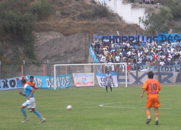 El Extremo Celeste gozó con el triunfo de su equipo en Matucana (Foto: Abelardo Delgado / DeChalaca.com)