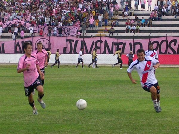 Arranca el 'Torito' ante la marca de Cáncar. Al fondo, la Juventud Rosada, que no abandona a su equipo (Foto: Diario de Chimbote)