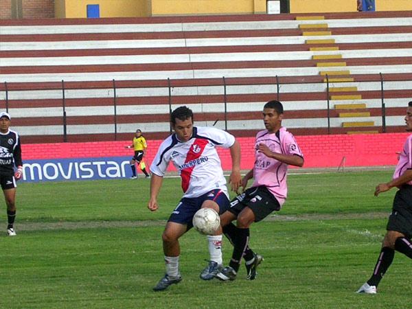 Meza Cuadra detiene el balón ante Cabada. El cotejo fue parejo al inicio (Foto: Diario de Chimbote)