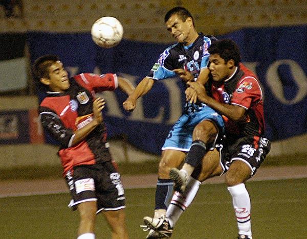 Torres carga en medio de Romero y Leoncio Guevara (Foto: diario La Industria de Trujillo)