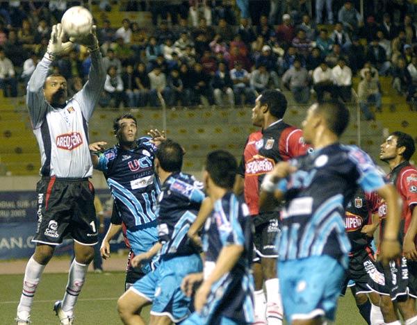 Jorge Damián Rodríguez fue el mejor del campo. Acá llega antes que Carassa (Foto: diario La Industria de Trujillo)