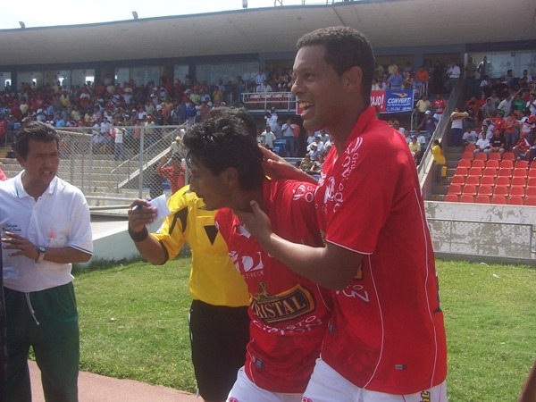 Carlos Zegarra celebra con César Sánchez el primer gol del Juan Áurich (Foto: diario La Industria de Chiclayo)