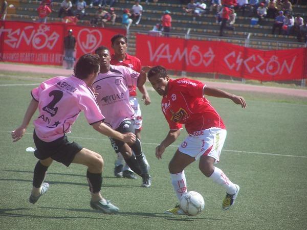 José Moisela ingresó en el segundo tiempo y no lo hizo mal de volante. Acá encara a Cáncar (Foto: diario La Industria de Chiclayo)
