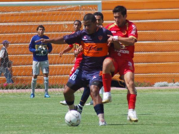 Casas va a la marca de Benavides. El volante tacneño animó al estadio a alentar a 'Bolo' (Foto: Radio Uno de Tacna)