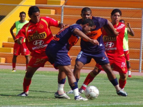 El partido fue ultraemotivo y luchado. Acá Rodas y Chumpitaz van sobre Portilla y Benavides (Foto: Radio Uno de Tacna)