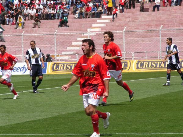 El argentino Carlos Salom se llena la boca de gol tras marcarle el primero a Salomón Libman (Foto: Diario del Cusco)