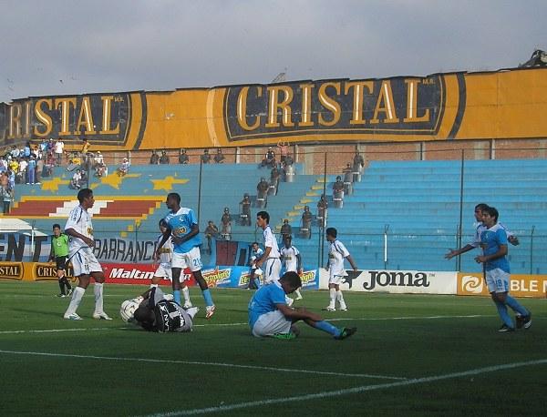 Cominges cae ante Rivera. Cristal desperdició ocasiones y lo pagó caro (Foto: Abelardo Delgado / DeChalaca.com)
