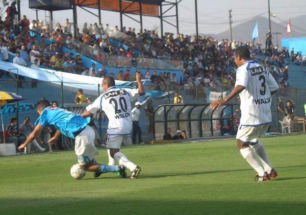 Colán traba a Cominges. Los jugadores de Alianza Atlético marcaron fuerte a los celestes (Foto: Abelardo Delgado / DeChalaca.com)