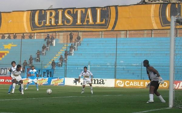Ximénez es impedido de llegar al balón (Foto: Abelardo Delgado / DeChalaca.com)