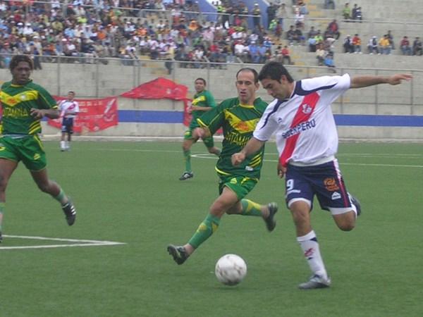 Velázquez supera en velocidad a Raúl Vera, quien jugó como lateral derecho (Foto: Diario de Chimbote)