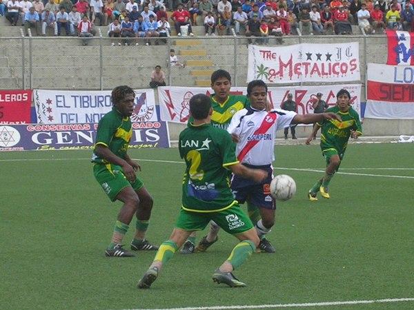 El lateral Jersson Vásquez contra el balón rodeado por tres defensas de la 'Amenaza Verde' (Foto: Diario de Chimbote)