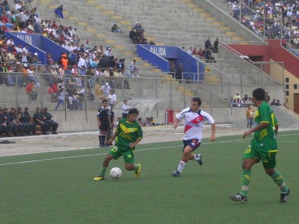 Arturo Bustinza protege el balón ante la presencia de Meza Cuadra (Foto: Diario de Chimbote)