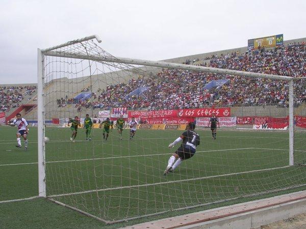 Claudio Velázquez ejecuta con precisión el penal que le dio el empate a Gálvez (Foto: Diario de Chimbote)