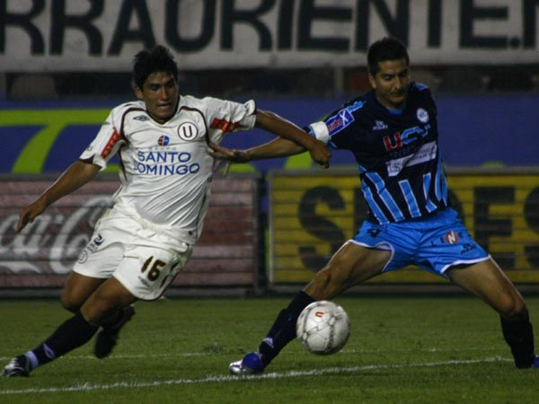 Ávila arrancó en el ataque y destacó. Acá supera a 'Manzanón' Hernández (Foto: Andrés Durand / DeChalaca.com
