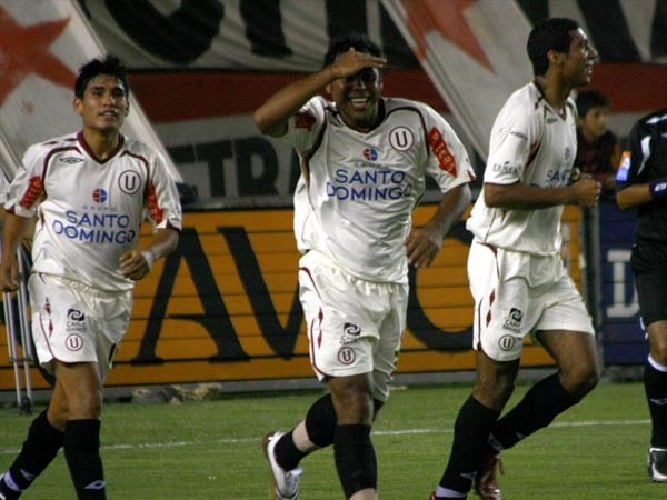 Celebra Donny, que si se excediera menos en el lucimiento personal jugaría para 8 (Foto: Andrés Durand / DeChalaca.com