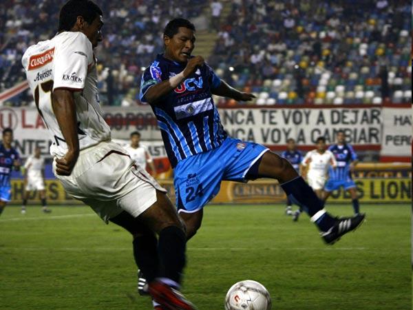 Carmona saca el centro ante la marca de Andonaire (Foto: Andrés Durand / DeChalaca.com