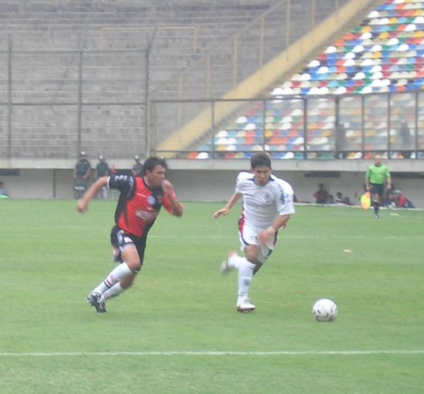 Ovelar se le escapa a Pereyra. El paraguayo se exasperó al final y fue expulsado (Foto: Abelardo Delgado / DeChalaca.com)